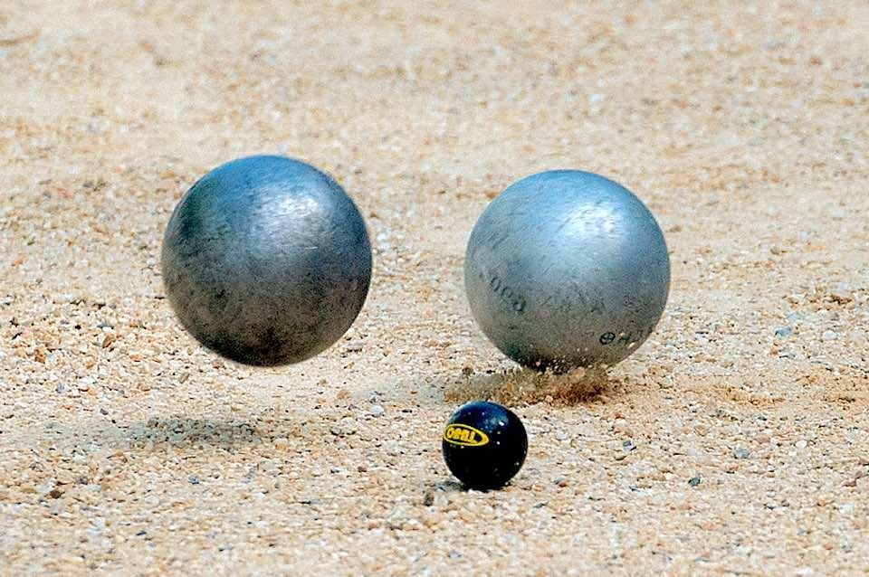 tir de pétanque boules blanches et noires